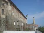 Pohľad na hradné múry a obelisk, na ktorom je umiestnený orol