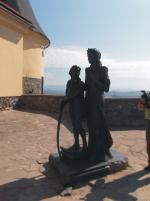 Socha IIony Zrini a jej syna Františka II. Rákocziho, ktorá je umiestnená na jednej z terás hradu